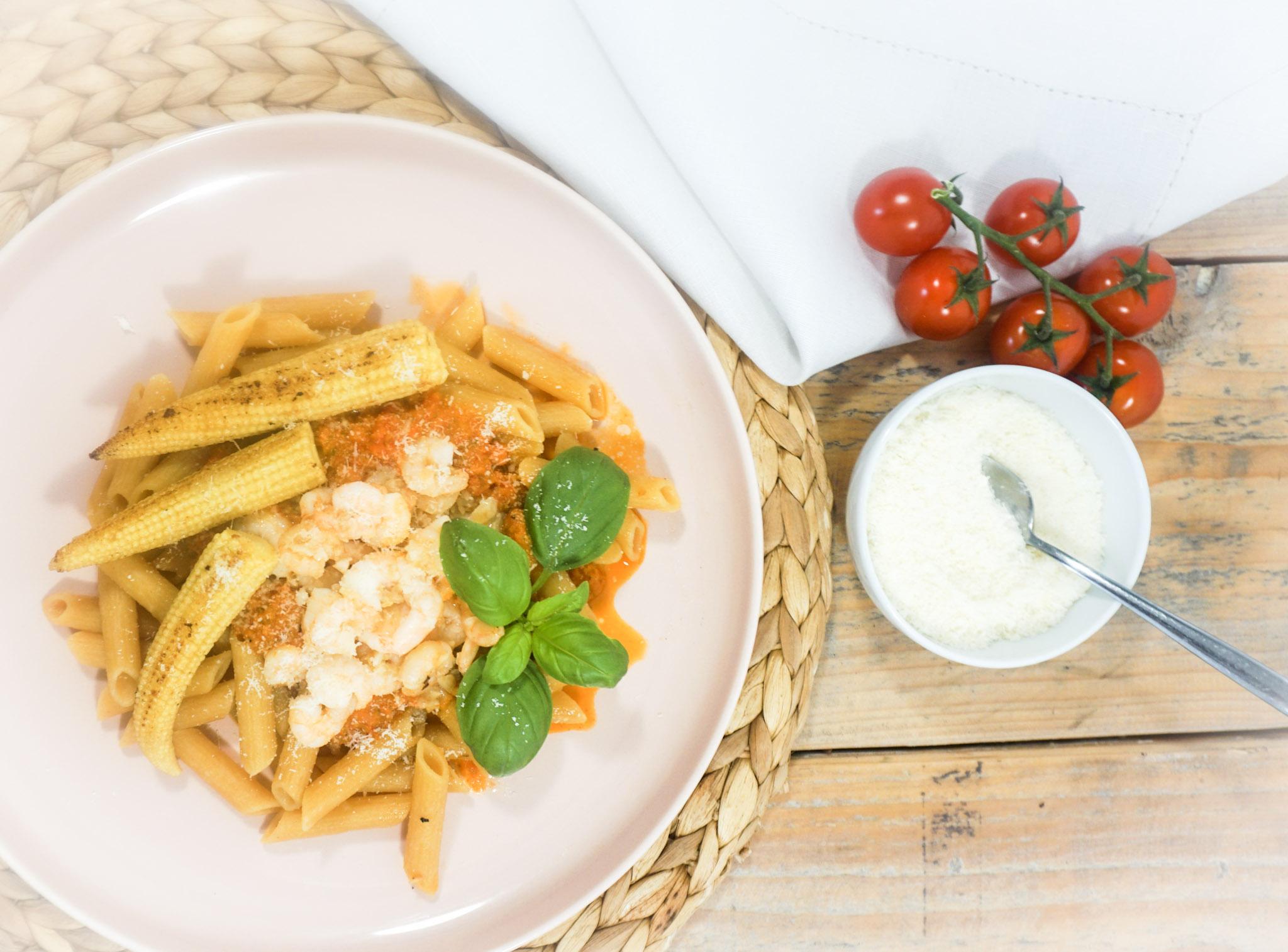 Linzen en wortel pasta met babymais en garnalen